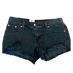 Size 25 brand new with tag Levi distressed shorts.